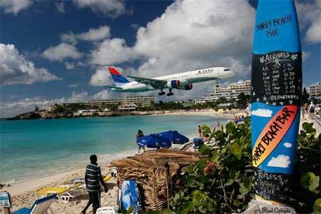 Avión aterrizando en el aeropuerto de St Marteen, visto desde el Sunset Beach Bar